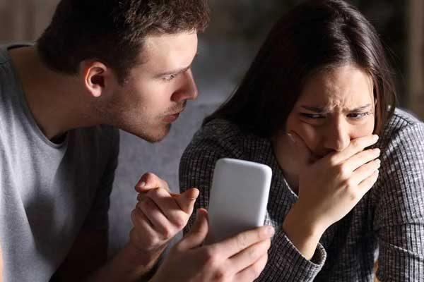Terminou? Entenda se bloquear o ex nas redes sociais é a melhor escolha
